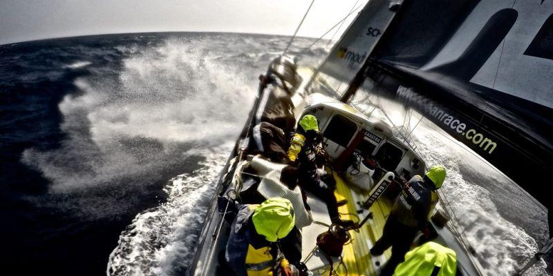 """""""Volvo Ocean Race"""": Roko Milevičiaus komandą leido apmėtyti supuvusiais pomidorais"""