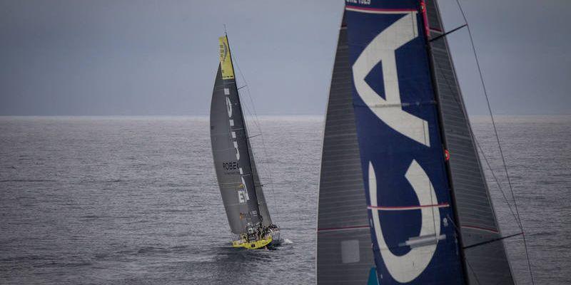 """Geriau jau nematytų: po savaitės lenktynių """"Volvo Ocean Race"""" varžovai vis dar murkdosi be vėjo vos kelių mylių atstumu"""